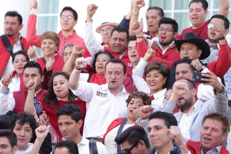 Mikel Arriola en la sede del PRI capitalino y listo previamente para escuchar el mensaje del candidato a la Presidencia de la República, José Antonio Meade en su arranque de campaña.