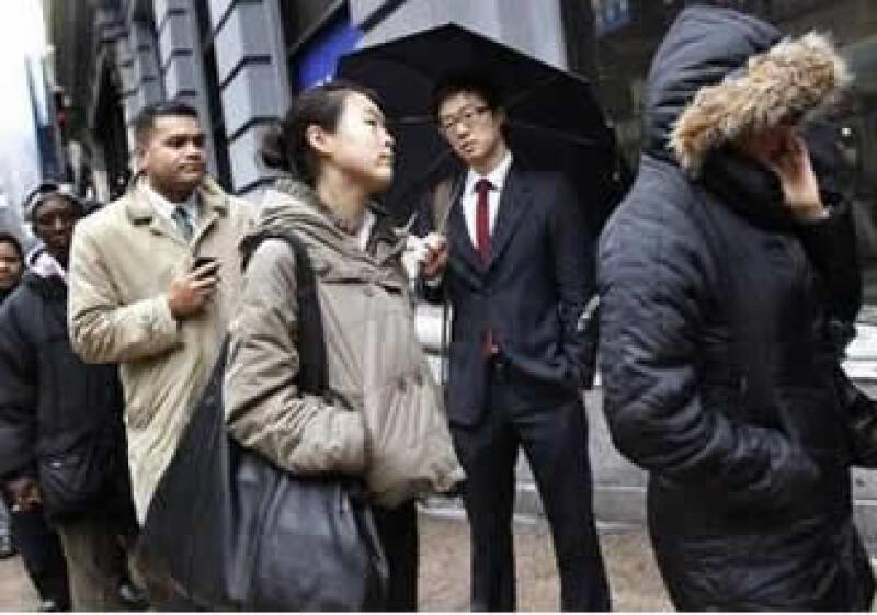 Personas hacen fila para entrar a una feria de empleo en NY. Desde diciembre de 2007, las nóminas de empleo se han contraído en EU. (Foto: Reuters)