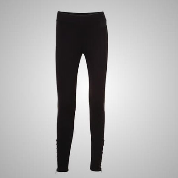 """Los jeans súper """"skinny"""" (pegados a las piernas) son pieza clave en la colección; sin embargo los cortes """"boot-cut""""(abiertos en al final de la pierna) también están presentes en diferentes estilos y deslavados."""