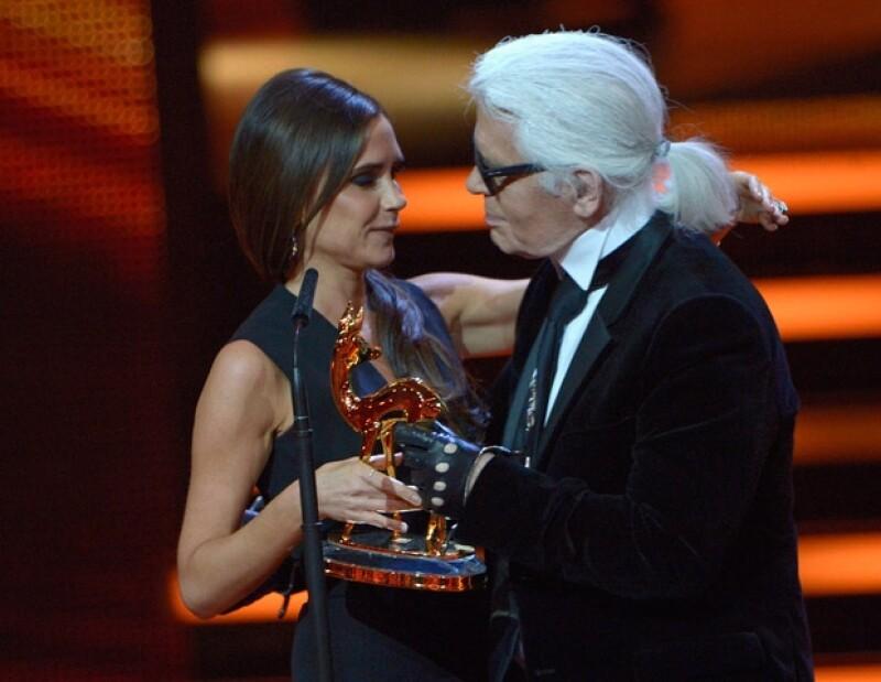 Karl Lagerfeld le entregó el premio a Victoria.