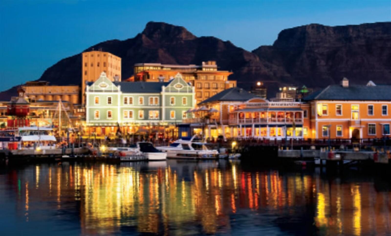 El V&A Waterfront concentra los mejores restaurantes, hoteles, tiendas y espectáculos para disfrutarse de noche.
