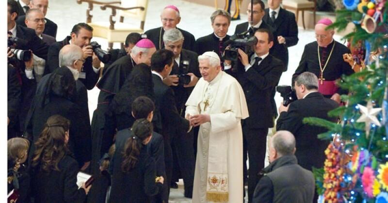 El Papa bendijo a la pareja y luego sus hijos saludaron al Pontífce.