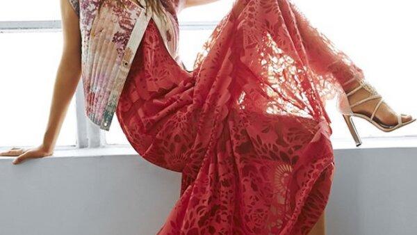 BCBG presume vestido de encaje rojo de su nueva colección para primavera.