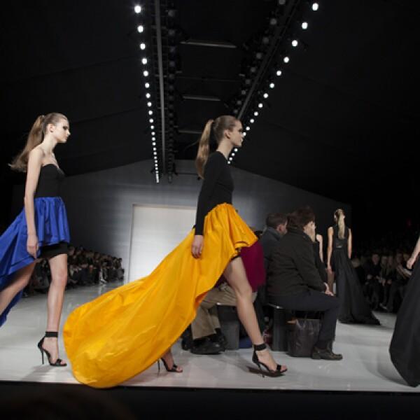 Modelos caminan en la pasarela para mostrar los diseños con tonos naranja de Michael Kors en el Lincoln Center de Nueva York.