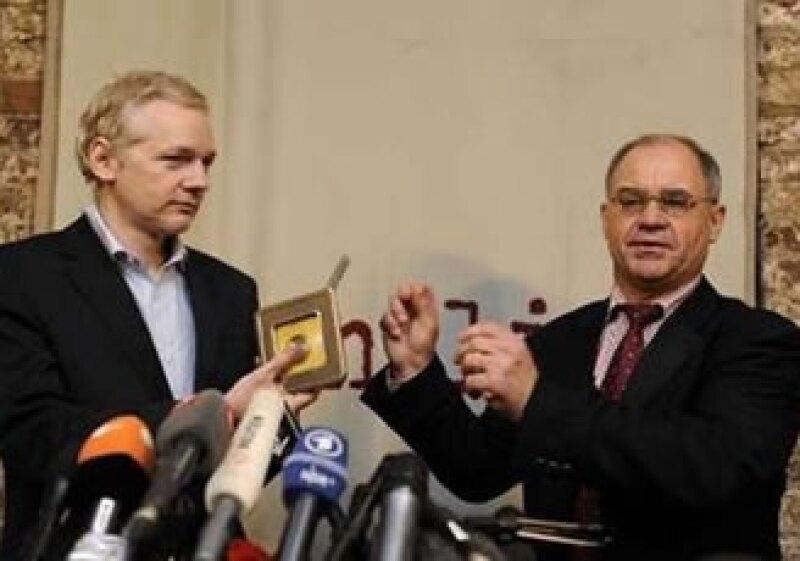 Ruldolf Elmer (der) entregó los datos al fundador de WikiLeaks (izq) en una conferencia de prensa. (Foto: Reuters)