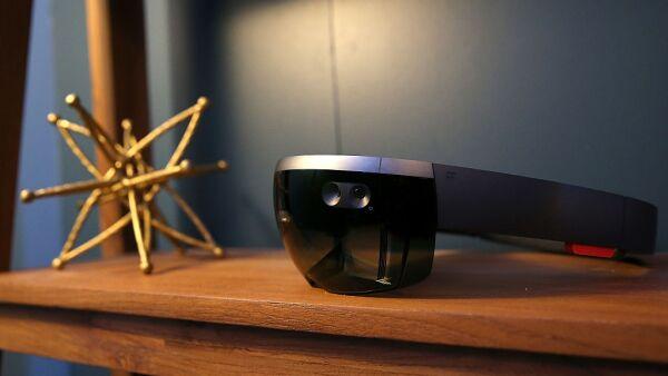 Una de las apuestas de realidad virtual y aumentada de Microsoft es HoloLens, un visor con procesador holográfico que detecta movimientos del usuario.