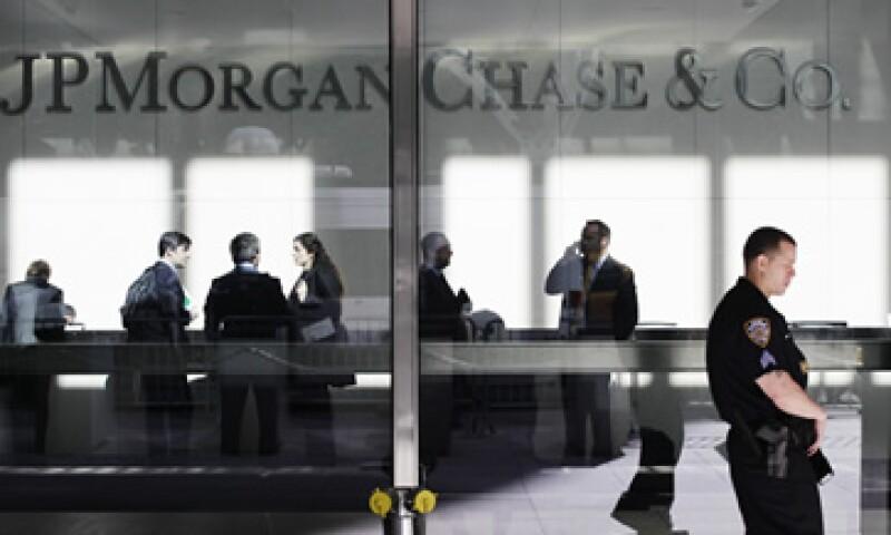 JP Morgan Chase anunció el jueves por la tarde que perdió dinero en transacciones de activos diseñadas para regentar el riesgo que corre con su propio dinero. (Foto: AP)