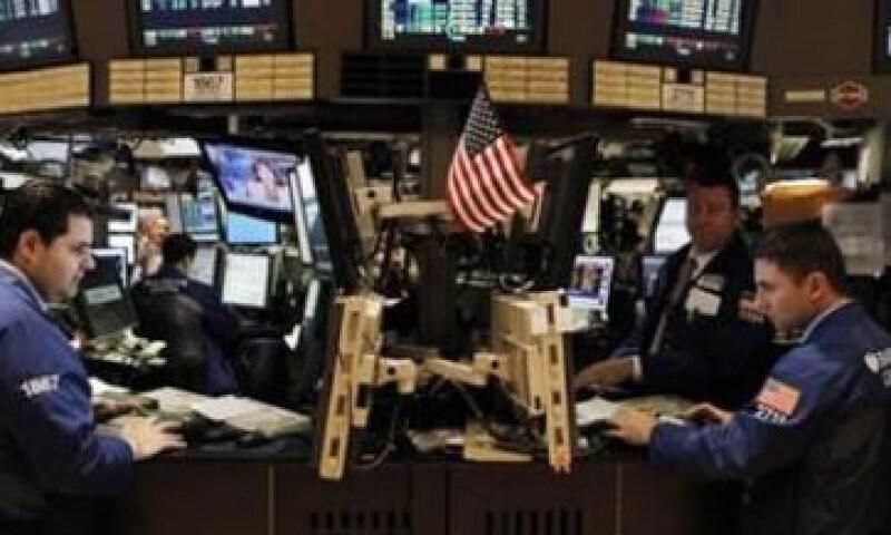 Wall Street también se vio afectado por los datos económicos de EU. (Foto: Reuters)