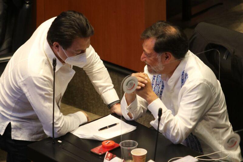 Los diputados Mario Delgado y y Noroña conversaron durante la Sesión de la Comisión Permanente en el Senado de la República