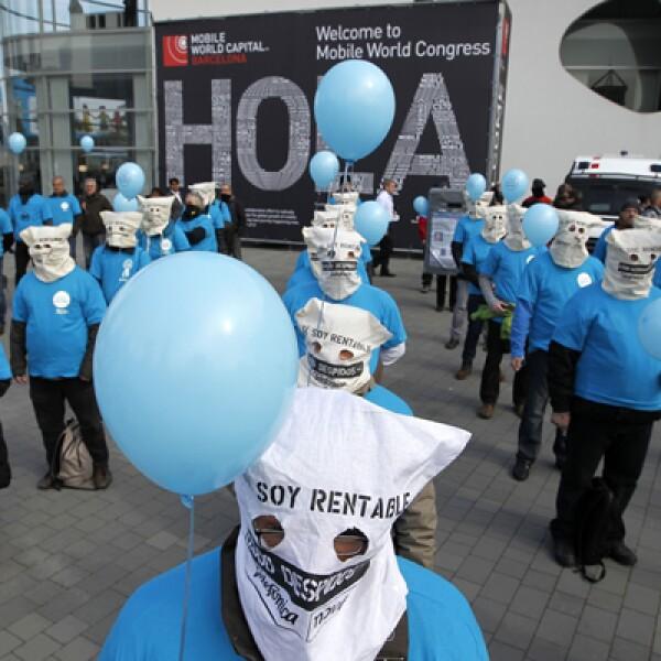 Trabajadores de Telefónica protestan por los recortes de empleos a las afueras del Congreso Mundial Móvil.