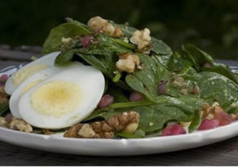 Se considera que la ensalada César, con ingredientes como huevo, salsa inglesa y lechuga, nació a mediados de la década de 1920. (Foto: AP)