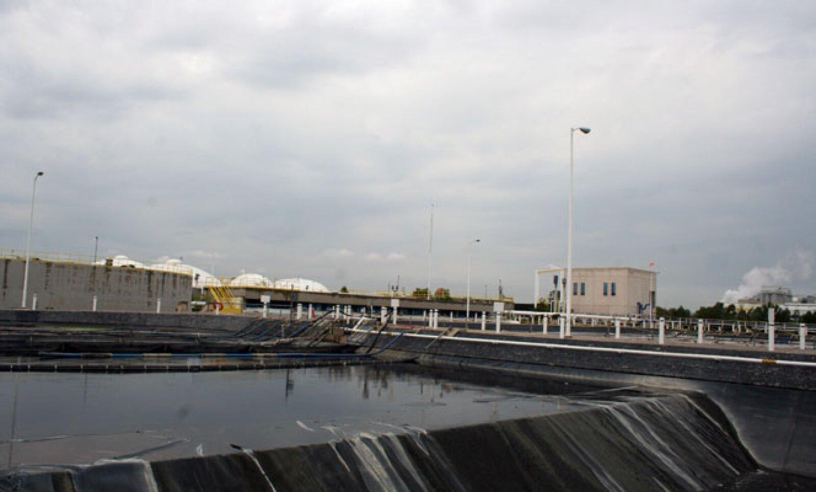 En una planta de tratamiento de agua con alto contenido orgánico se genera biogas que se utiliza en la propia quema del bagazo y otros procesos de fabricación.