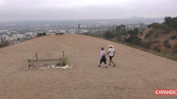 Paseador-de-gente-soledad-Los-Ángeles-AFP