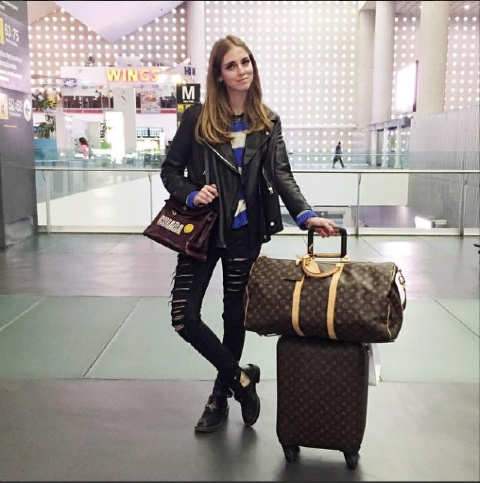 El aeropuerto de la Ciudad de México la vio llegar con unos jeans rotos, una chamarra de piel Acne, botitas Balenciaga, y la bolsa Kelly de Hermès.