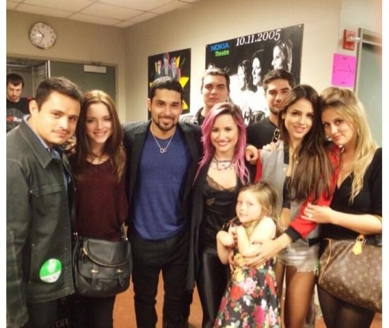 Demi estaba feliz por la compañía de sus amigos.