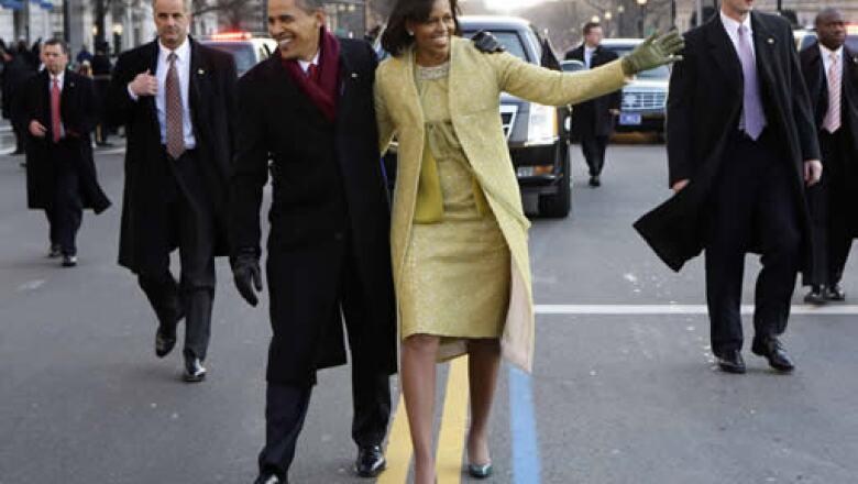 Barack Obama y su esposa Michelle se bajaron de la limusina blindada para caminar por la avenida Pennsylvania hacia la Casa Blanca. El personal de seguridad mantenía una vigilancia cercana.