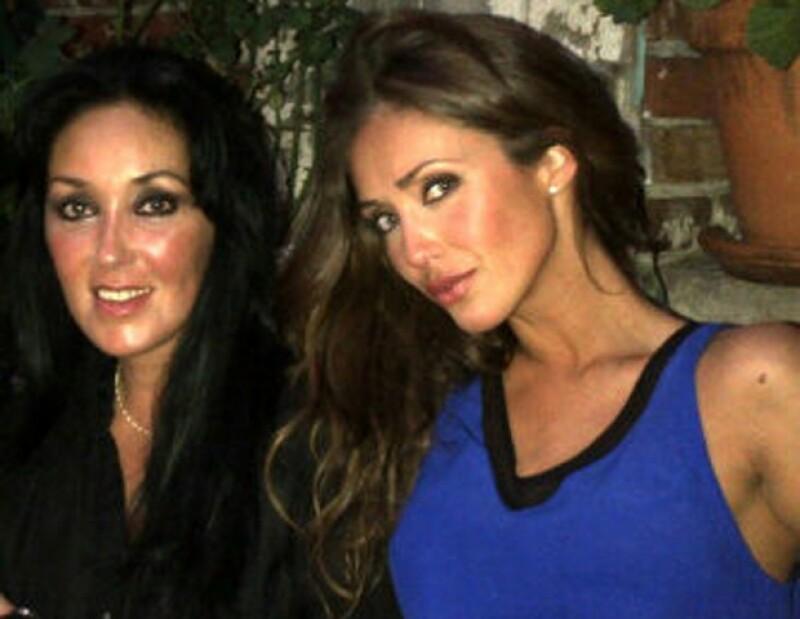 La cantante y actriz subió a su cuenta de Twitter una fotografía en la que aparece junto a su mamá, a quien envió sus mejores deseos.