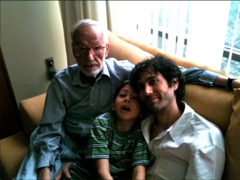 """Su nieto Benny Ibarra tuiteó una foto junto a él con la frase: """"95, 8, 40 [años de edad] Hace 2 años""""."""