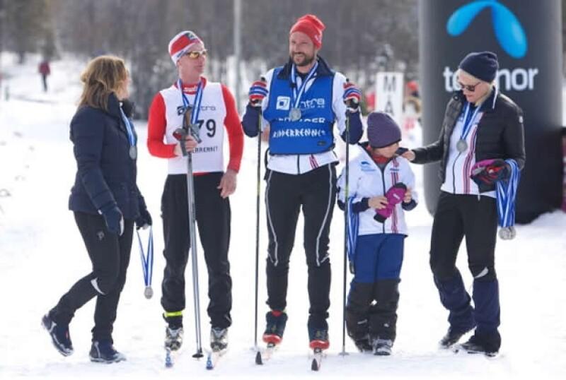 El príncipe Haakon y su esposa Mette-Marit, acompañados por sus hijos, pasaron unos divertidos días en las pistas de esquiar; además lo hicieron por una buena causa.