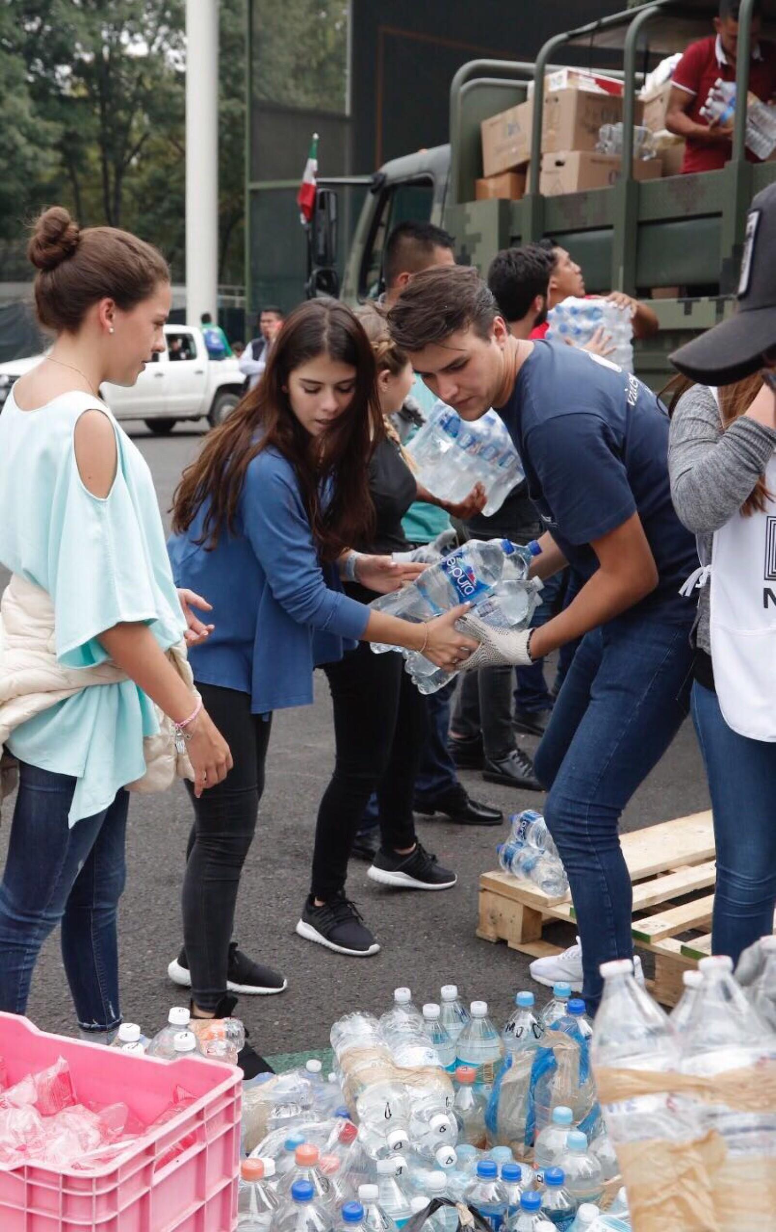 Paulina Peña con su novio juntando víveres en el centro de aco