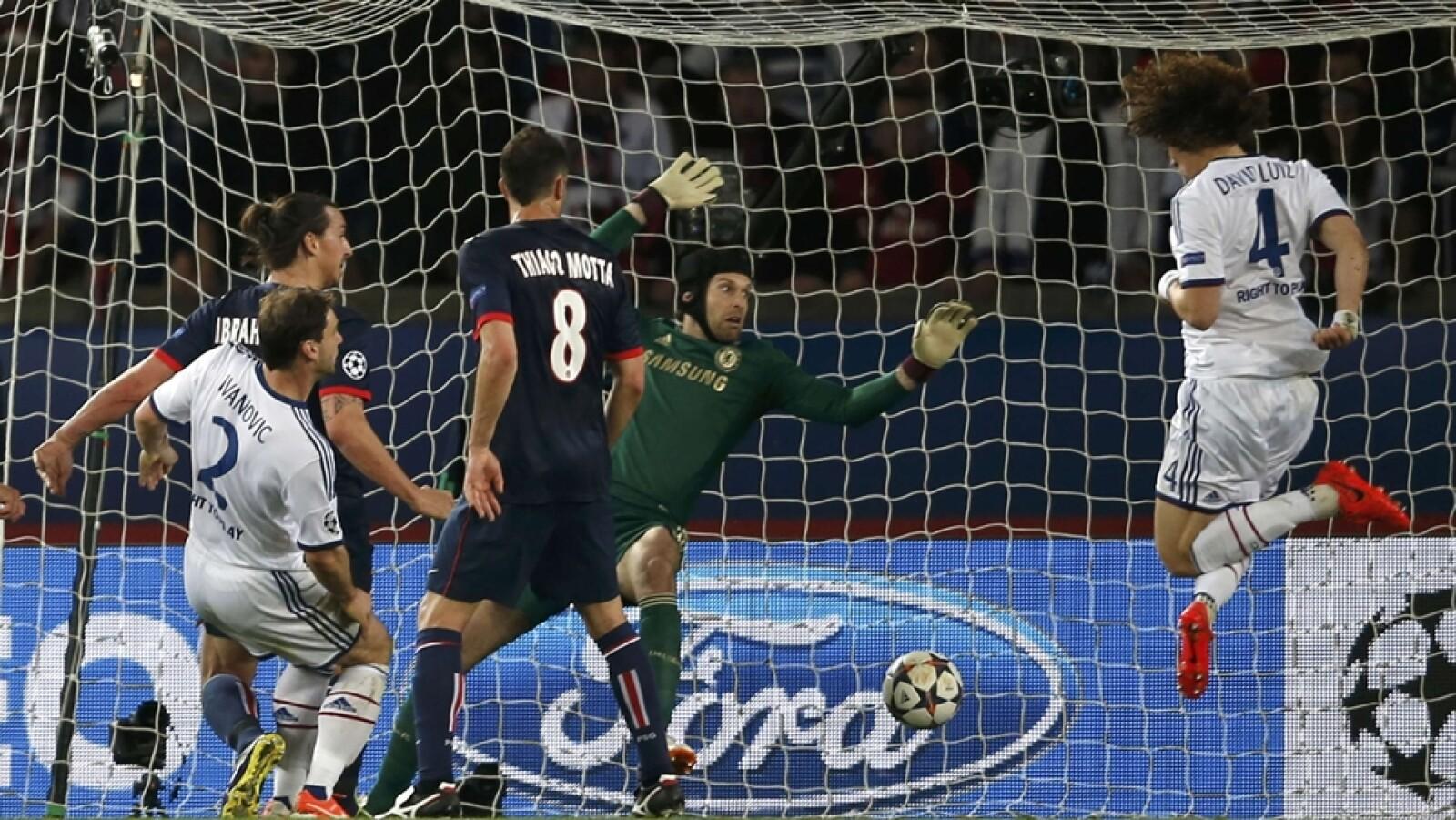 El defensa brasileño David Luiz anota un autogol ante el PSG de Francia en la ida de cuartos de final de la ?Champions?