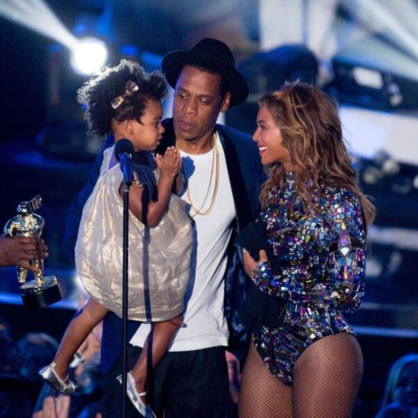 No sabemos qué llama la atención más, su mini-afro o su carisma. Puede que Beyonce se encargue de vestir a su pequeña de 2 años, pero Blue Ivy Carter camina con toda la seguridad del mundo.
