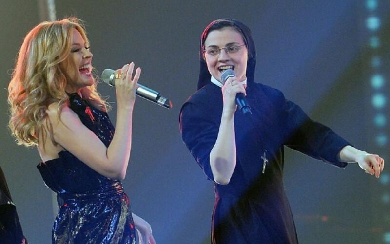 """Después de poner los ojos del mundo en su participación en """"La voz Italia"""", la religiosa canta junto a la diva australiana su mayor éxito."""