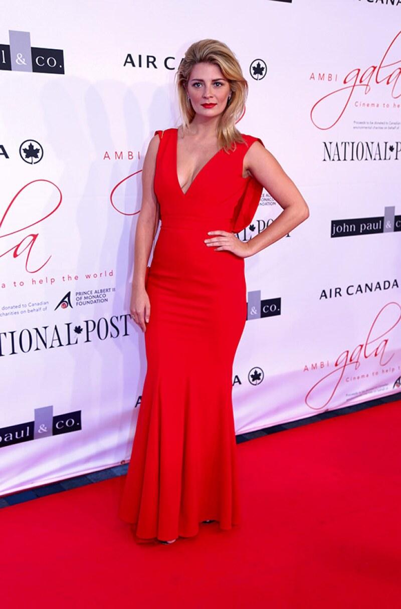 Mischa Barton sorprendió por su sexytud con este diseño en color rojo.