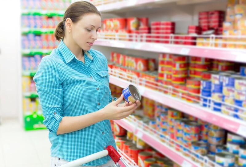 Consumidor que revisa latas