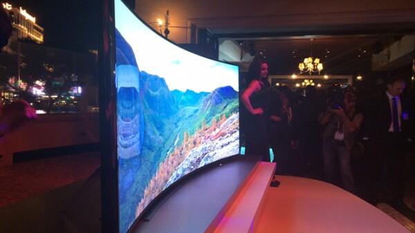 """Samsung presentó de un televisor de 85"""" que permite que la pantalla se curve y después regrese a su forma original."""