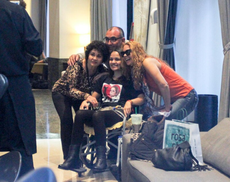 Al regresar a su hotel, la actriz recibió a Analice Martin, una fan que viajó miles de kilómetros con sus padres para conocerla.