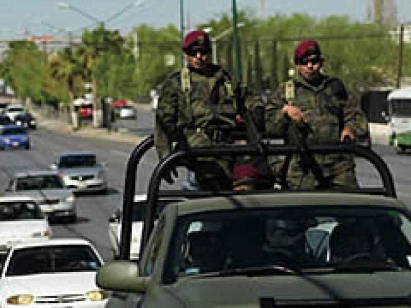 El Ejército tomó el mando de la policía municipal de Ciudad Juárez. Una de sus tareas es proteger a ejecutivos y obreros de las maquiladoras. (Foto: Gabriel Cardona)