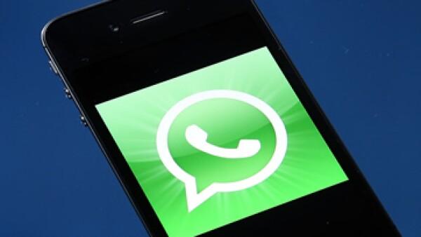 WhatsApp dice que puede acceder periódicamente a tu lista de contactos para localizar a quienes usan esta aplicación.  (Foto: AFP )