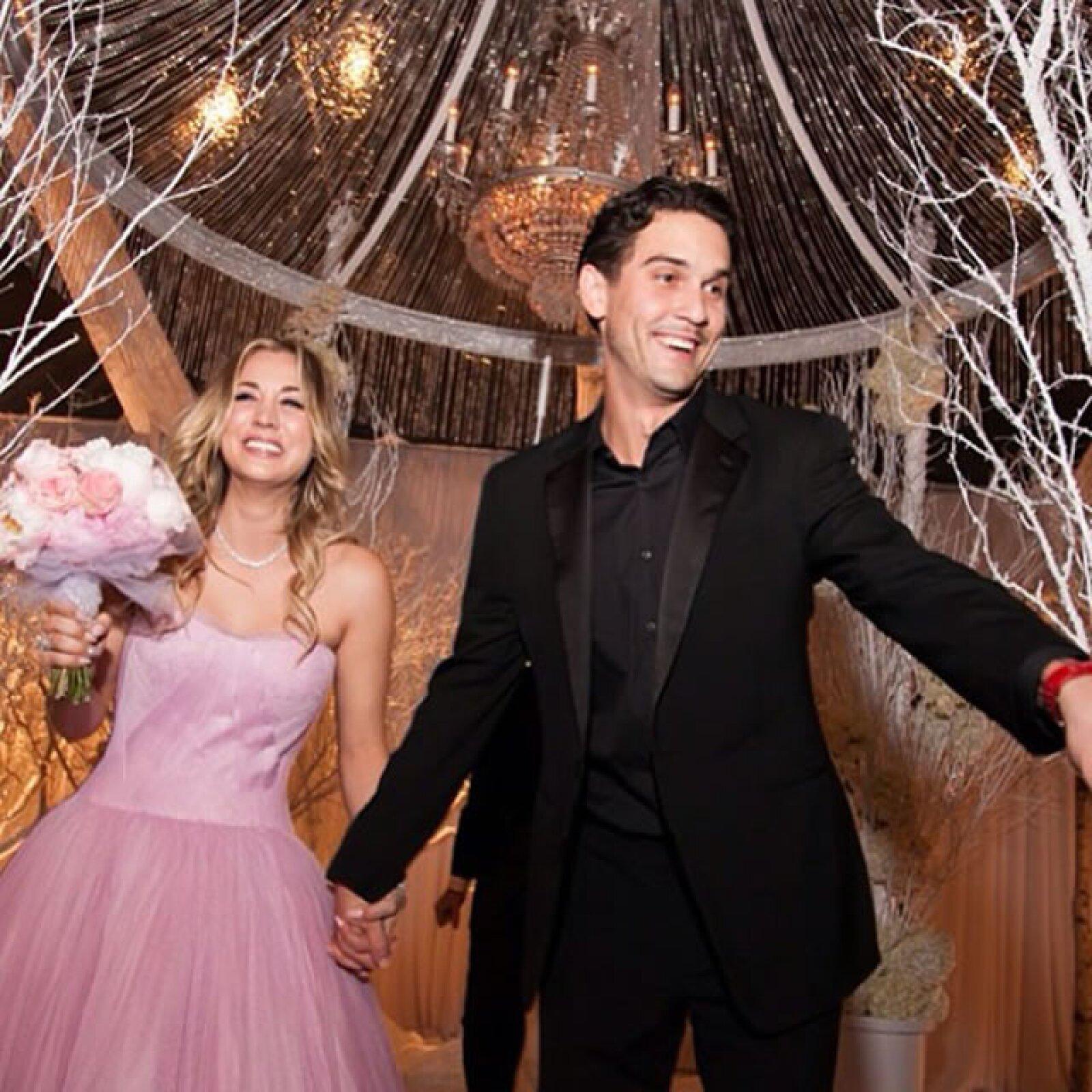 Kaley Cuoco: La actriz eligió casarse en un vestido rosa de Vera Wang.