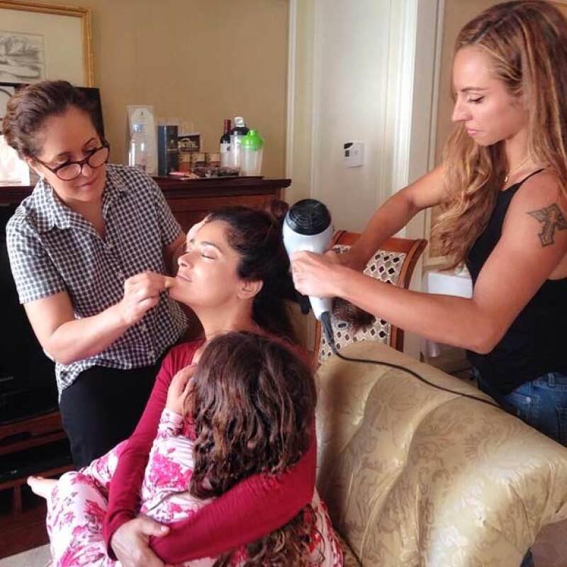 La actriz publicó una fotografía en Instagram donde aparece con la pequeña Valentina en brazos mientras la estaban maquillando y peinando.