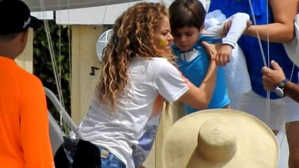 Shakira en yate cargando a su hijo Sasha Piqué Mebarak (5 años).