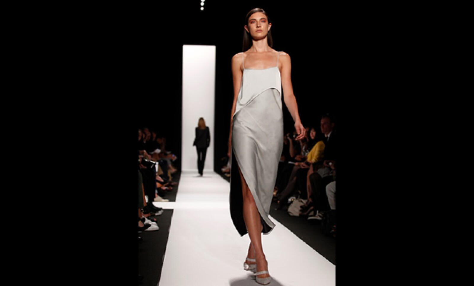 El diseñador de origen cubano usó además telas color champaña, siguiendo la tendencia de los tonos claros.