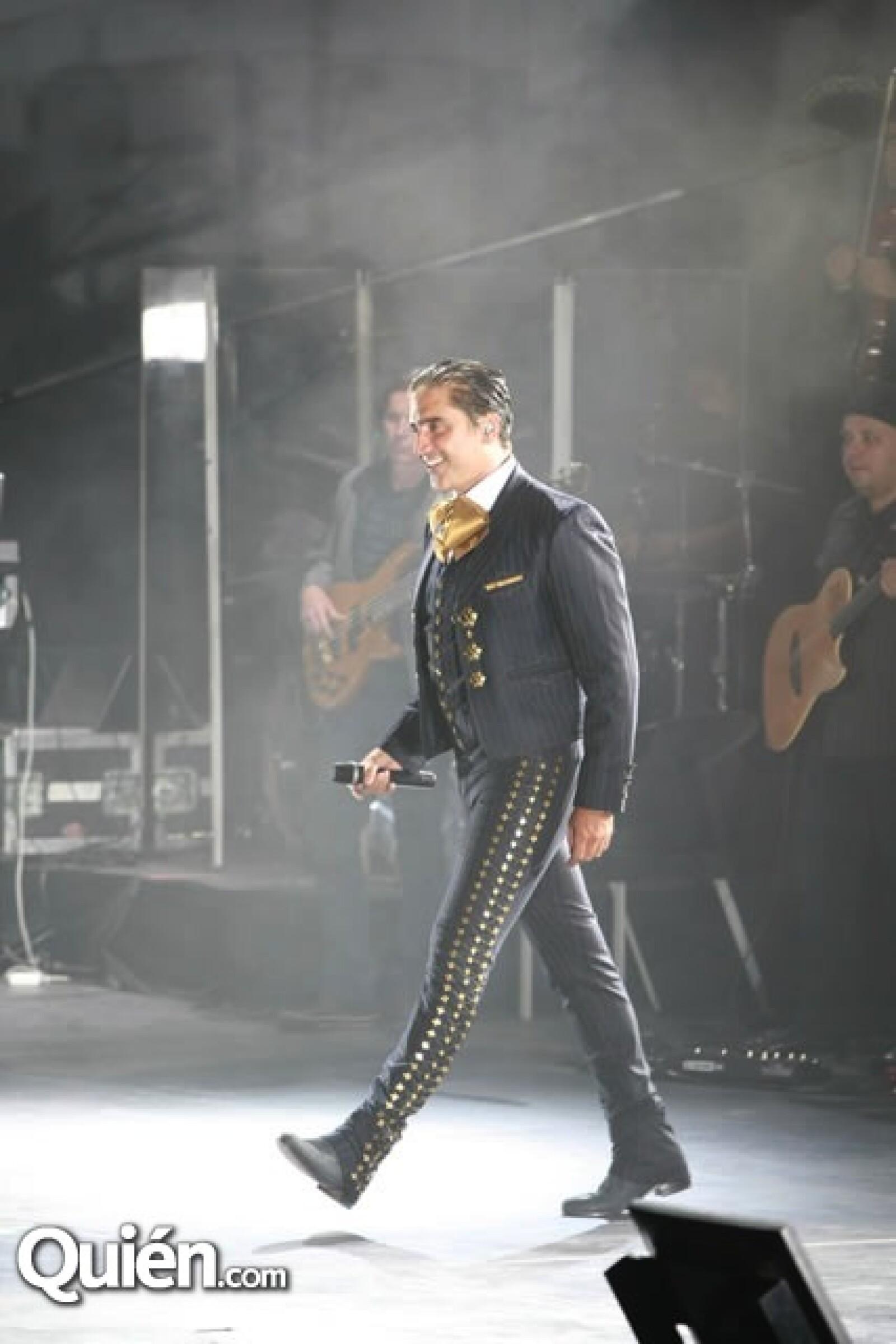 """El """"Potrillo"""" deleitó al público con éxitos como Nube Viajera y Sin tantita Pena.."""
