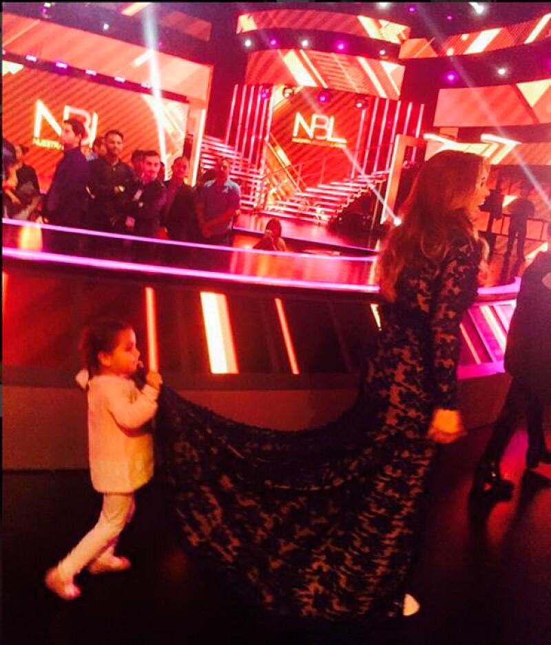 La pequeña de casi tres años entiende ya la importancia de verse bien ante las cámaras. Mira esta fotografía que compartió su mamá backstage.