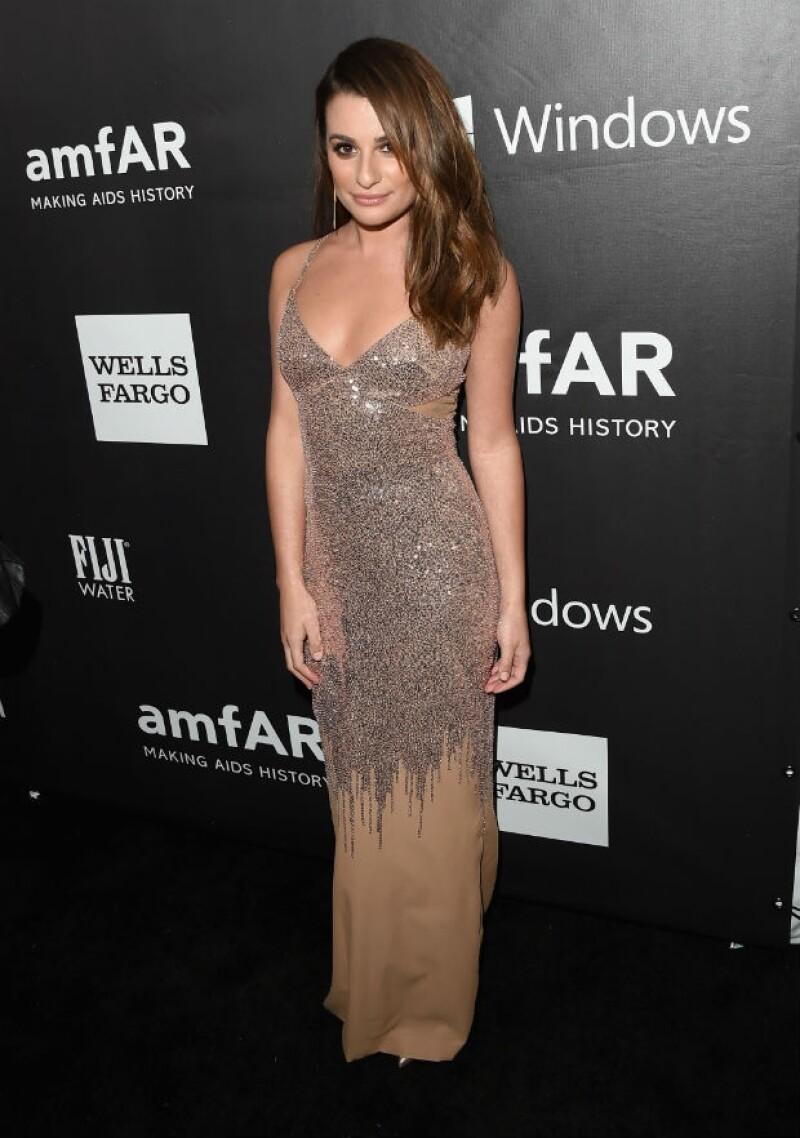Flawless! Lea Michele en un vestido Versace color dorado, zapatillas Christian Louboutin y joyas Jennifer Meyer.