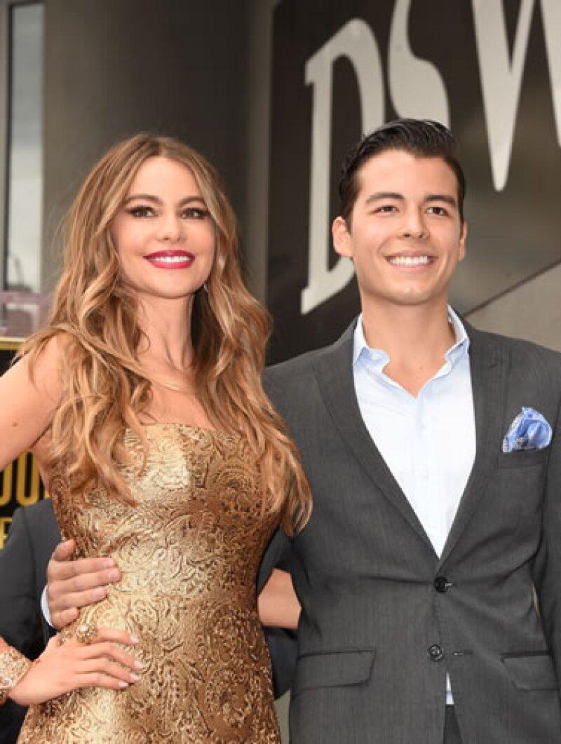 Sofia Vergara y su hijo Manolo, en la develación de la estrella de la actriz en el Paseo de la Fama.