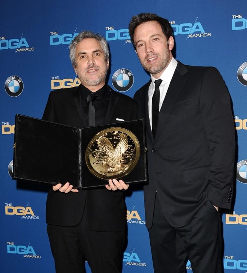 El mexicano posa junto al reconocido actor Ben Affleck tras la entrega del reconocimiento.