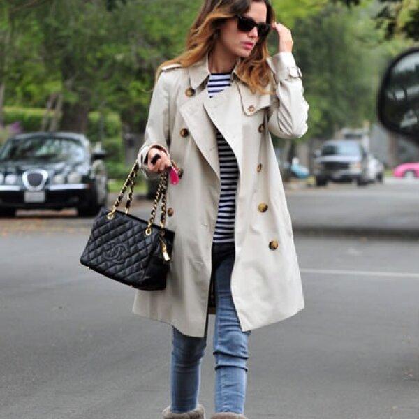 Rachel Bilson sabe combinar piezas más informales con bolsas Chanel.