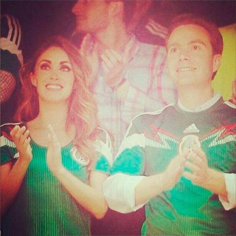 Los futuros esposos asistieron al encuentro de anoche entre la Selección Mexicana y Honduras, siendo esta su primera aparición en pareja tras hacer público su compromiso de boda.