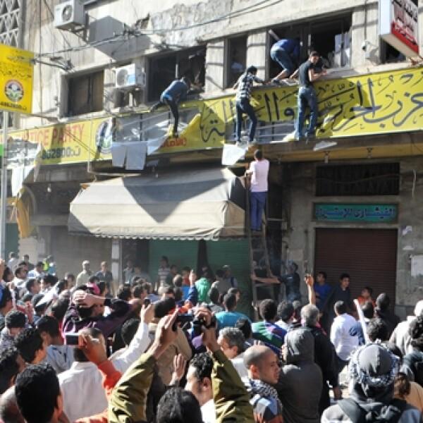 manifestantes entran en las oficinas del Partido Libertad y Justicia