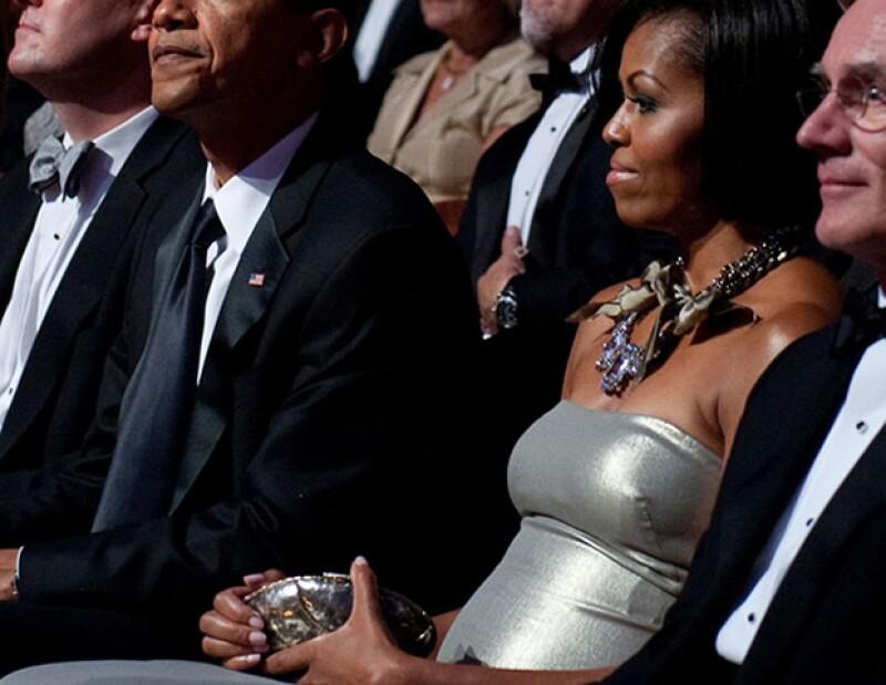 Michelle Obama lleva un clutch de Anndra Neen. La primera dama de Estados Uniods supo de las diseñadoras por Fern Mallis, ex directora de NYFW.