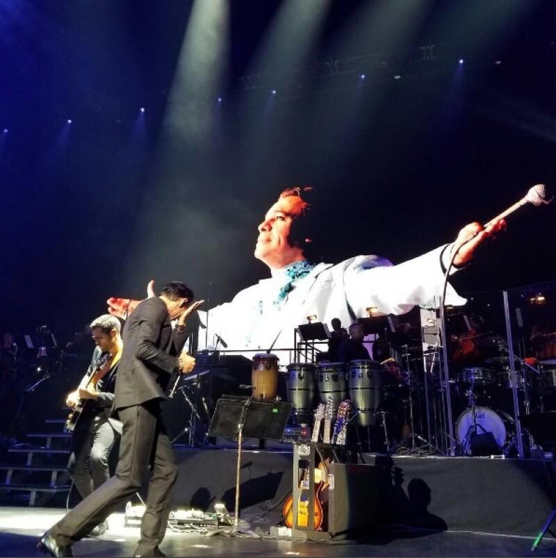 """El cantante no pudo evitar llorar mientras cantaba """"Abrázame muy fuerte"""" durante su show en Nueva York."""