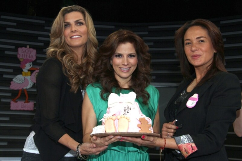 Montserrar Oliver y Yolanda Andrade tienen especial cariño por Alessandra y Eugenio, por lo que igual que su despedida de soltera, celebraron que la cantante se convertirá en mamá por primera vez.