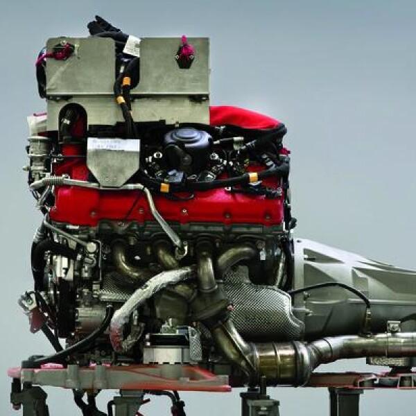 El motor es el corazón de un Ferrari. Por ello, cada uno es ensamblado y revisado por un solo operario, con un cuidado únicamente igualado por la profunda inspección final de cada auto.