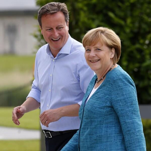 David Cameron –izq- da la bienvenida a la canciller alemana Angela Merkel para la reunión, donde también comenzaron las negociaciones para un tratado de libre comercio entre Europa y EU.
